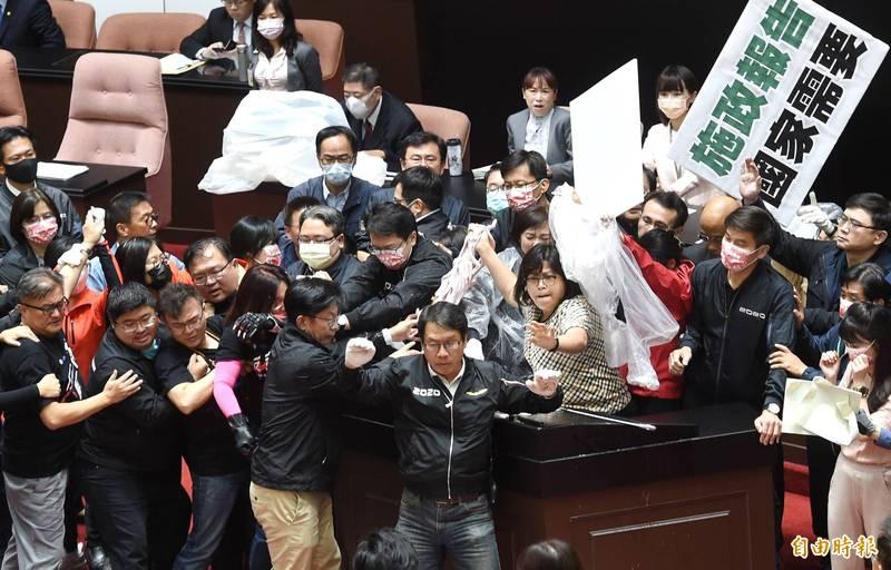 國民黨今天上午在立法院以拋豬內臟的方式抗議民進黨政府開放萊豬進口,引發社會各界非議。(記者方賓照攝)