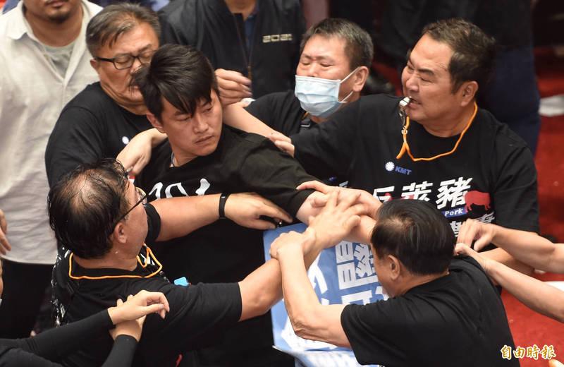 國民黨立委與台灣基進立委陳柏惟發生衝突。(記者劉信德攝)