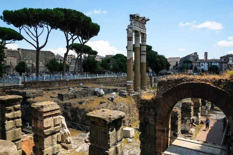 一名美國觀光客在2017年疑似到古羅馬廣場觀光時順手牽羊,偷走當地的大理石塊,近期將其寄還給國立羅馬博物館。(法新社)