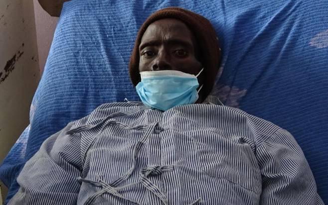 肯亞一名32歲男子基根(Peter Kigen)在家昏倒,送醫後被認定死亡,不料在禮儀社人員準備幫他作防腐處理時,他竟「復活」痛醒大叫,嚇壞工作人員。(圖翻攝自Twitter)