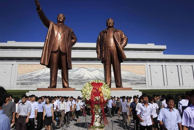 南投縣鹿谷鄉民代表會在2018年7月出團至北韓考察,竟有民代在心得中指出「最讓我震撼的是朝鮮人對國家領導人的尊敬及崇拜」,期望台灣在此方面「加油」。圖為北韓已故領導人金日成、金正日雕像。(美聯社)