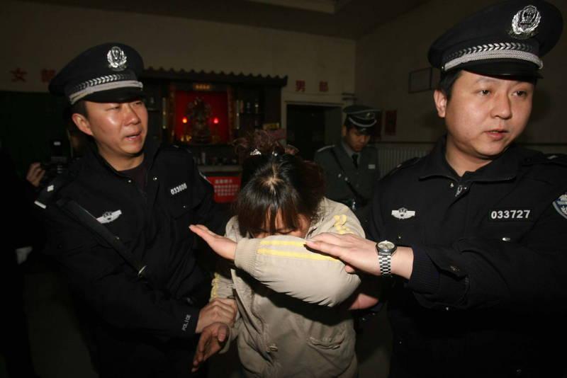 中國境內異議人士,或是包括台灣在內的外國公民,一旦遭官方以「危害國安」之由盯上,就很可能「被消失」。圖為中國警方逮捕女嫌。(法新社)