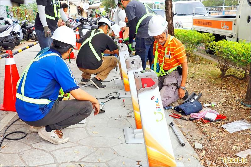 嘉義市YouBike 2.0正在建置中,預計12月中啟用。(記者林宜樟攝)