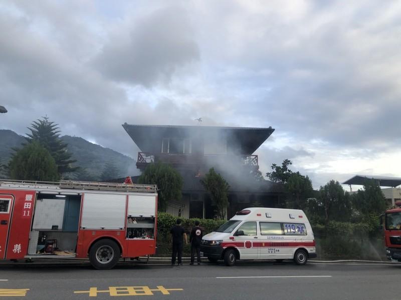 台東市中興路六段今晨傳住宅火警,打火兄弟趕往搶滅。(記者陳賢義翻攝)