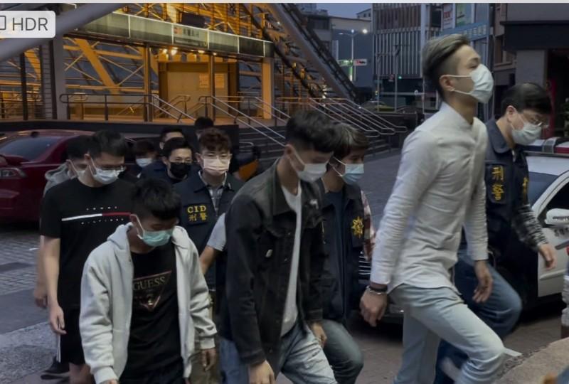 舒姓男子等人疑與另家傳播公司有糾紛,竟在街頭砸車洩憤。(記者黃佳琳翻攝)