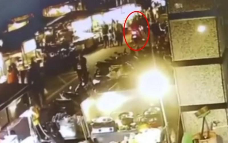 高嫌在夜市內飛車搶奪。(記者劉慶侯翻攝)