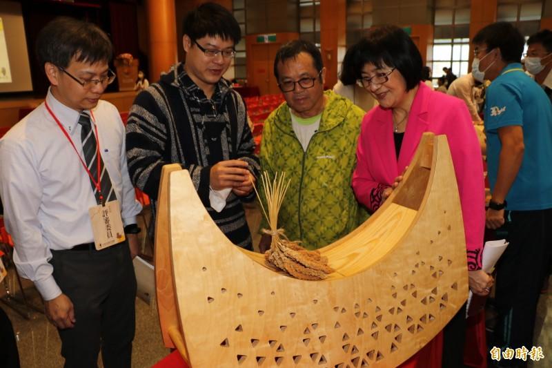 「金趣咪獎」參賽者黃旭宏(左2)以達悟族的拼板小舟為靈感,設計一系列的「搖曳塔塔浪」,適合小孩當木馬玩。(記者賴筱桐攝)