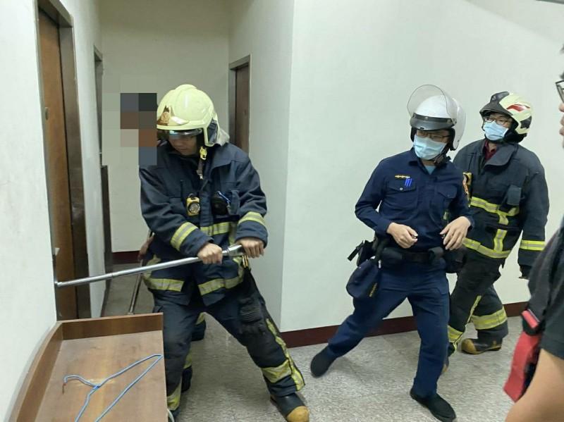 警方請來消防隊員破門入內救人。(警方提供)