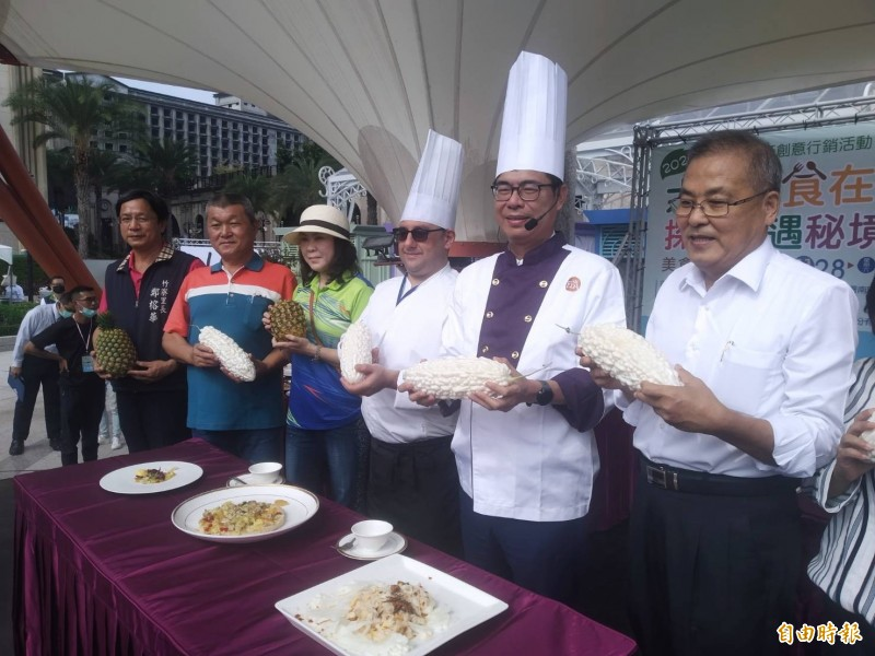 張清榮(右一)宣布陳其邁(右二)的比薩勝出。(記者洪定宏攝)