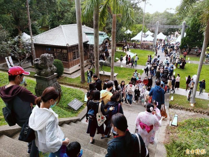 桃園神社「暮秋稻禾祭」藏仙市集吸引滿滿人潮。(記者鄭淑婷攝)