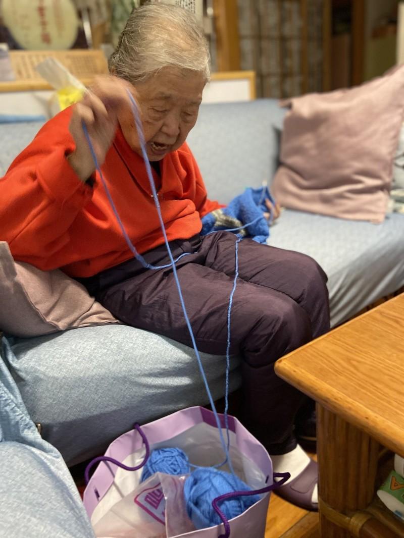 87歲阿嬤薛羅紗手織毛衣送孩童,50多年不間斷已送出超過1500件。(蘇俊豪提供)(記者黃淑莉攝)