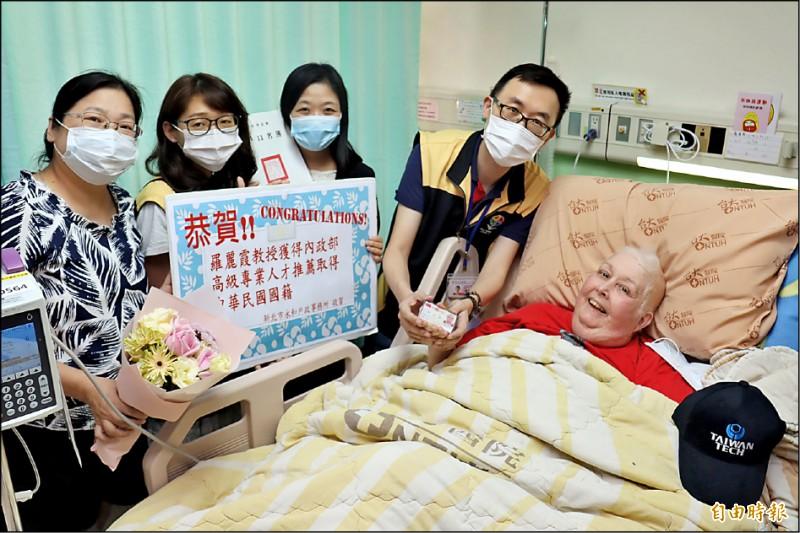 羅麗霞拿到台灣身分證,開心成為台灣人。(記者翁聿煌攝)