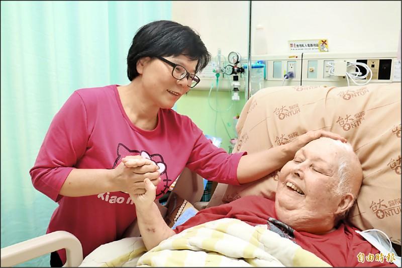 惠英,與羅麗霞已經很有感情,不計酬勞也願意留在醫院陪伴照顧她。(記者翁聿煌攝)