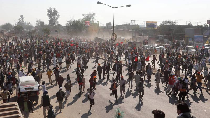 印度農民抗議政府放寬農業政策,數萬民眾在哈里亞納邦集結,朝首都新德里遊行抗議。(歐新社)