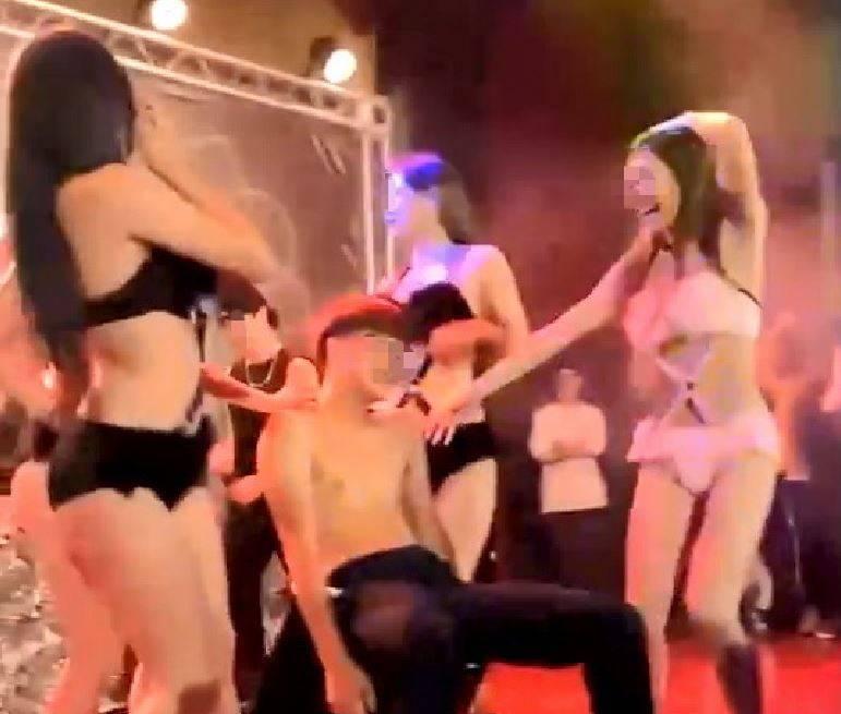穿著性感「內衣褲」女生進攻上半身赤裸男學生。(圖擷取自影片)