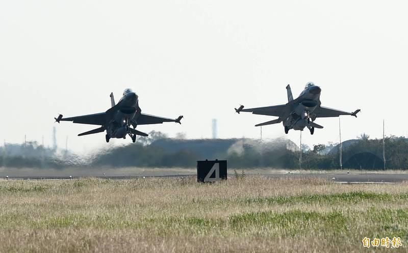 空軍F-16戰機機隊目前進行天安特檢,空軍司令部今天指出,預估在12月初即可完成特檢,F-16戰機機隊屆時可全面恢復戰備。圖為嘉義基地F-16戰機進行起降演練。(資料照)