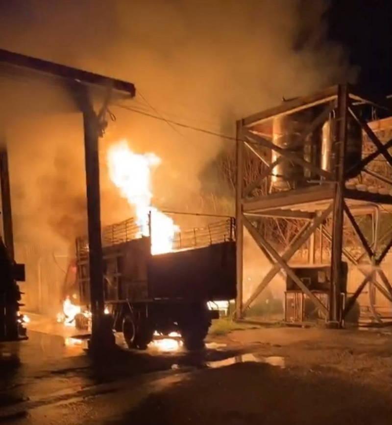 林內清潔隊晚上傳出火警,火勢猛烈延燒多部車輛,初步清查共有1部挖土機、4部資源回收車及2部垃圾車共7部被燒毀。(記者黃淑莉翻攝)