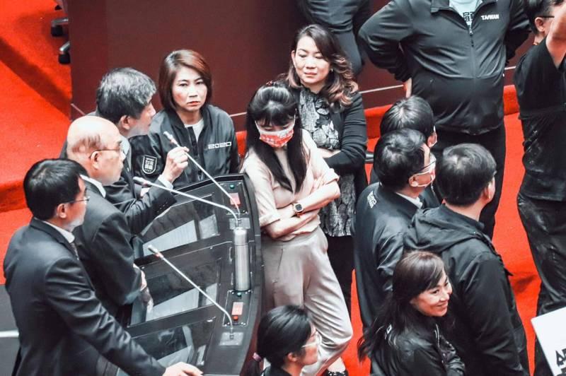民進黨立委高嘉瑜在臉書PO出唯獨自己穿著與其他民進黨人顏色不同衣服的照片,並寫道「為什麼大家都知道要穿黑色」。(擷取自高嘉瑜臉書)