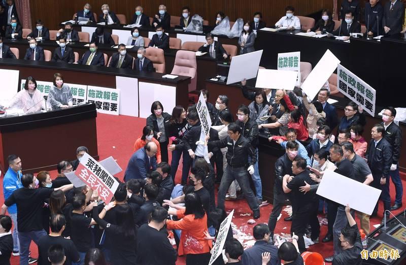 立法院27日舉行院會,藍營立委杯葛後,行政院長蘇貞昌在綠營立委護航下,上台報告並備質詢。國民黨立委則丟豬內臟表達訴求。(資料照)