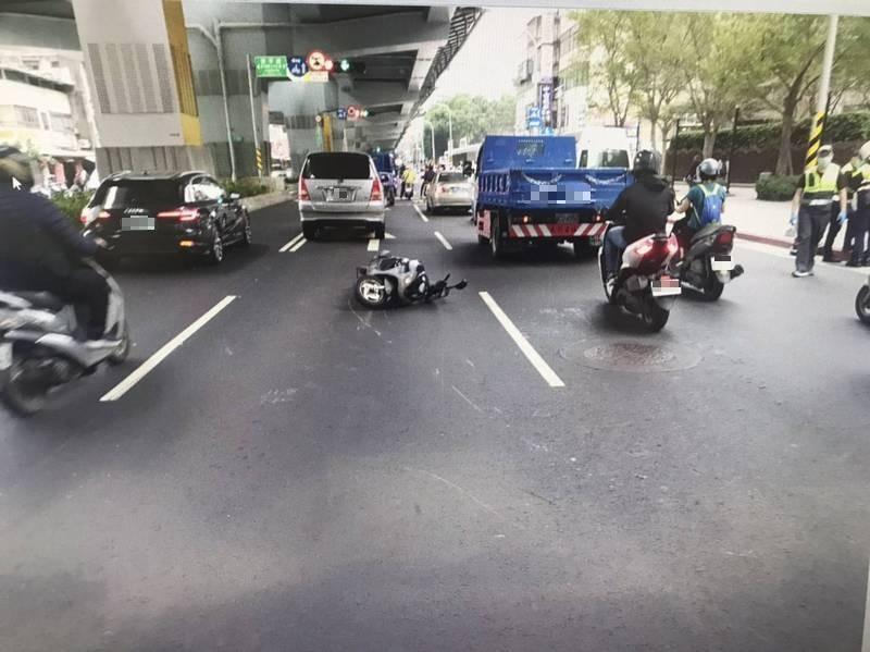 婦人昨天騎經景平路疑追撞前車摔倒,進而擦到左側車道行駛中的小客貨車。(記者闕敬倫翻攝)