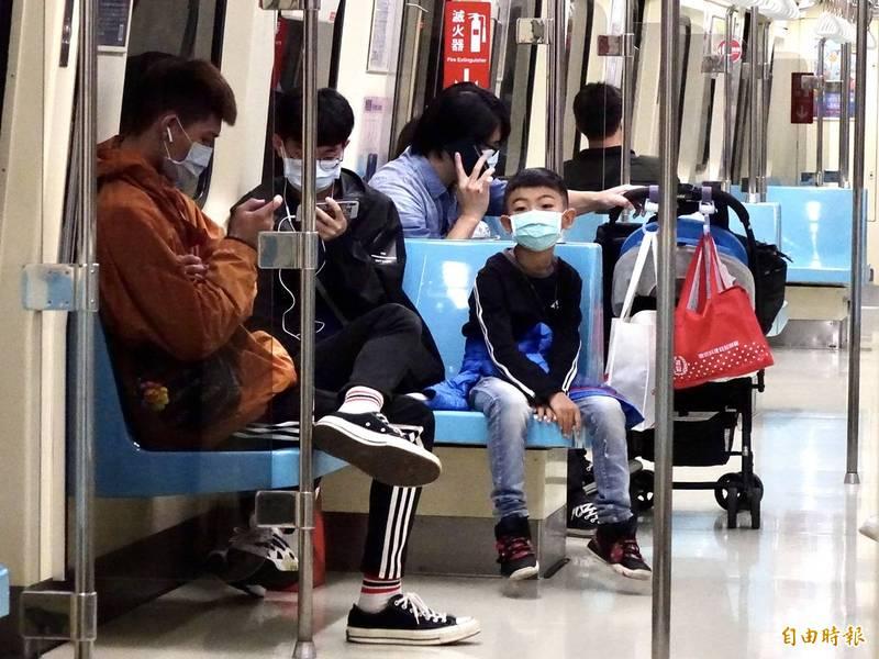 因應武漢肺炎疫情,12月1日起「秋冬專案」上路,國內8大類場所內都得強制戴口罩,捷運也是其中之一。(資料照)