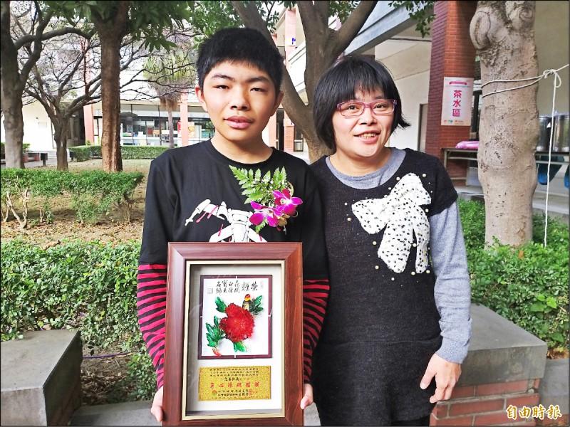 有視力、聽力和語言障礙的范姜凱義,由母親陪同獲頒新竹縣身心障礙楷模。(記者廖雪茹攝)