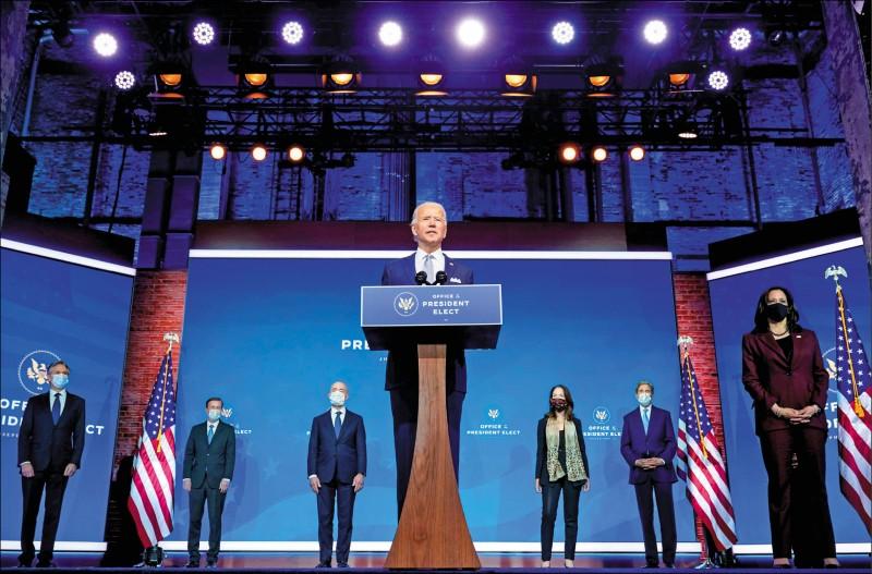 美國總統推定當選人拜登廿四日在其設於家鄉德拉瓦州威明頓市的政權交接總部,介紹他的國家安全團隊陣容。(路透)