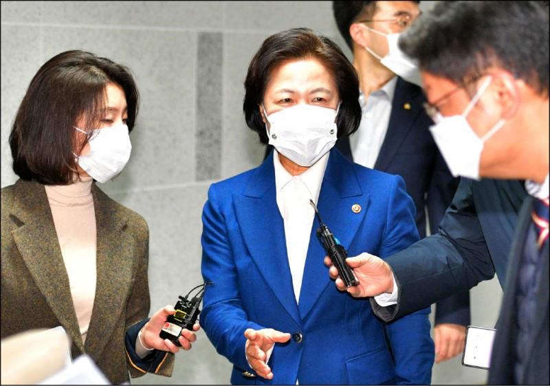 圖為南韓法務部長秋美愛(左2)26日在國會被記者採訪,問到她最近和檢察總長尹錫悅間的「法律戰」。(歐新社檔案照)