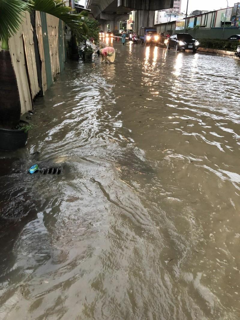 大寮區內坑路是市府列管易淹水點。(記者陳文嬋翻攝)