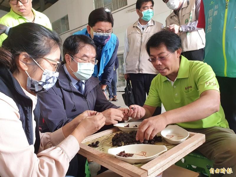 東山青農今在番社蔬果聯盟舉辦農產行銷,黃偉哲表示,將與南市轄內國道服務區研商合作,擴大台南農產品產銷通路。(記者王涵平攝)