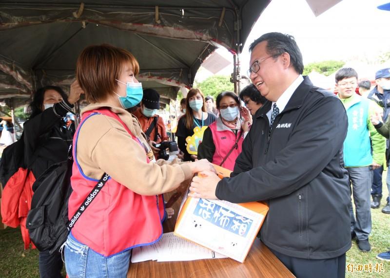 桃園市長鄭文燦(右)前天結束2天的金門參訪,回到桃園又是馬不停蹄的公開行程。(記者魏瑾筠攝)