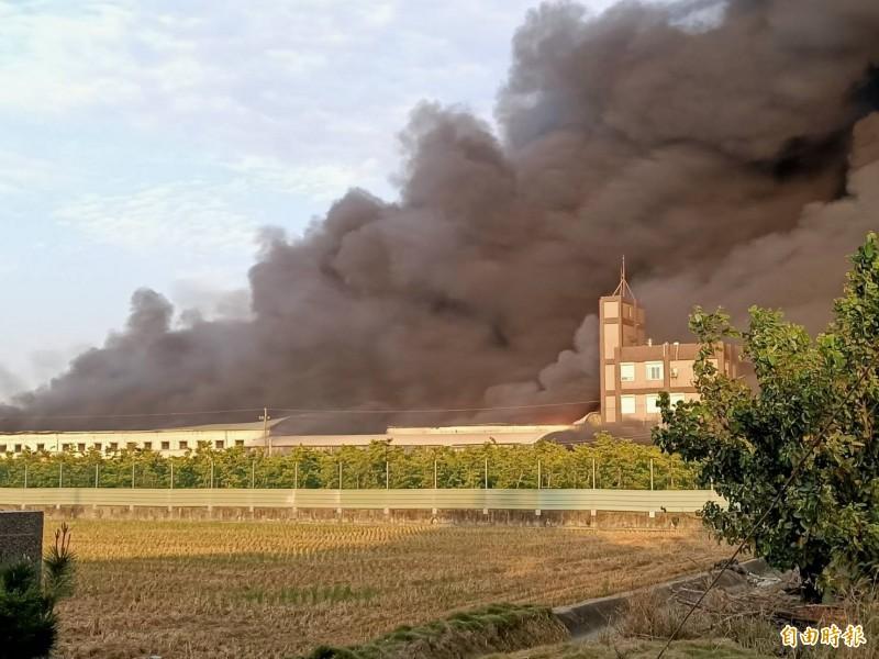 驚!嘉義縣太保市工廠火警,波及民宅,傳有人受困待援。(記者蔡宗勳攝)