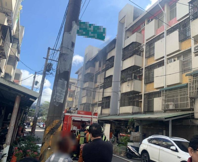 桃園市楊梅區5樓公寓發生火警,消防隊員前往救災。(記者李容萍翻攝)