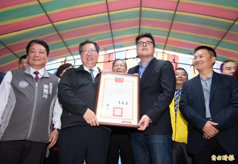 鄭文燦(左2) 頒發當選證書予新科市議員陳睿生(右2)。(記者李容萍攝)