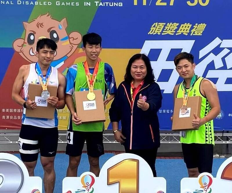 全國身心障礙國民運動會台南市代表隊方振宇(左二)在400公尺及跳遠皆破大會及全國紀錄。(台南市育處提供)