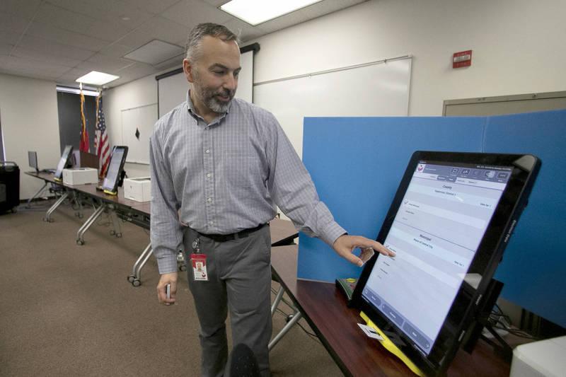 挺川律師鮑爾受訪時,呼籲要調查涉及簽訂1億700萬美元(約30.4億台幣)合約購買Dominion投票系統的州政府官員及親屬是否受賄。圖為2019年喬治亞州政府人員示範如何操作Dominion投票系統。(美聯社)
