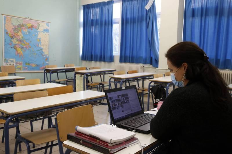 疫情肆虐美國,導致該國多間學校被迫停課或調整為線上教學。(美聯社)