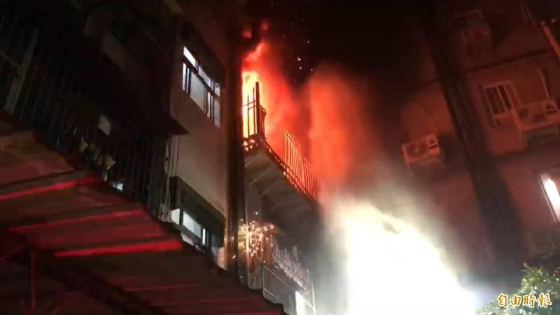 新莊泰順街今天凌晨暗夜火警,消防人員抵達時已全面燃燒。(記者吳仁捷攝)