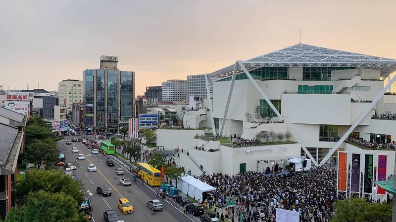 台南市立美術館2館於昨(28日)大爆滿,連帶周遭交通大亂。(圖擷取自台南爆料公社)