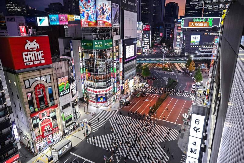 日本武漢肺炎疫情仍不見好轉。圖為日本東京新宿區。(法新社)