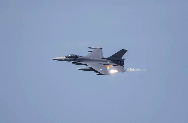 總統蔡英文今天在臉書慶祝中華民國空軍100歲生日。圖為我國F-16V戰機。(法新社檔案照)