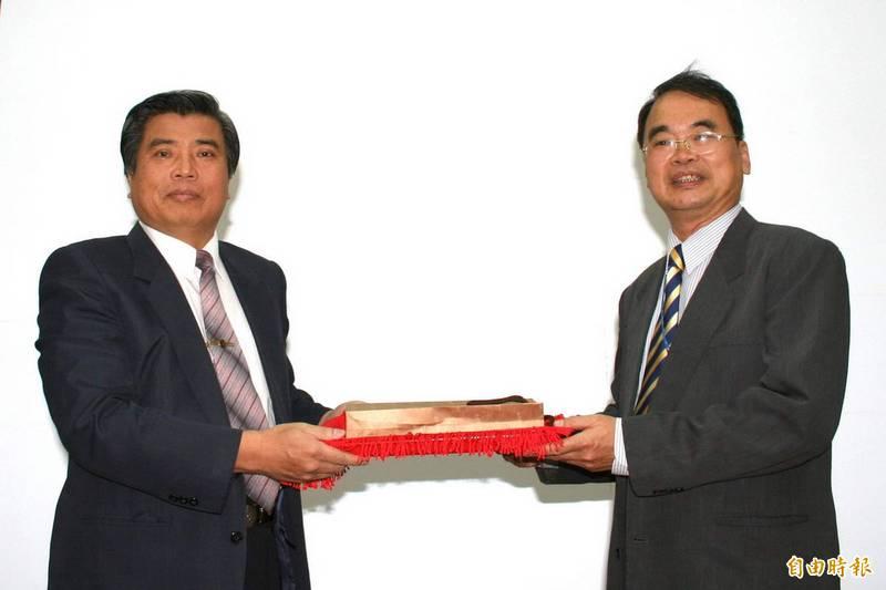 龍應台哥哥龍應達(右)昨談及台海情勢,提到《孫子兵法》強調主和。(資料照,記者羅欣貞攝)