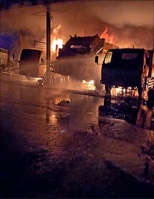 林內清潔隊昨天晚上發生火警,火勢猛烈有6部垃圾車、1部挖土機被燒毀。(記者黃淑莉翻攝)