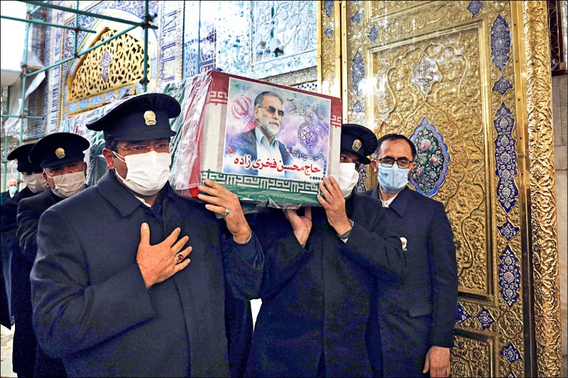 遭暗殺身亡的伊朗「核武之父」法克里薩德的靈柩,廿八日被移往伊朗第二大城馬什哈德的告別式會場。(美聯社)