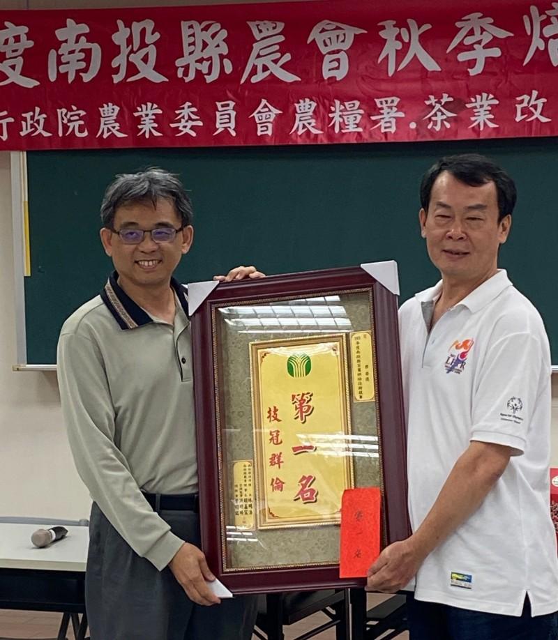 林川吉(右)在南投縣農會舉辦的秋季焙茶競賽拿下第一名。(林川吉提供)