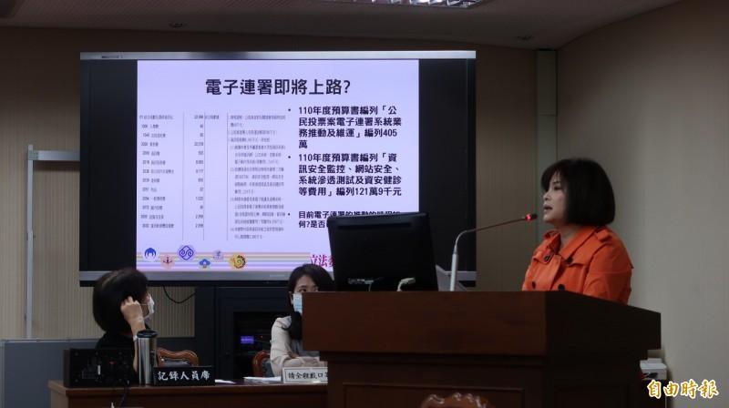 民進黨立委賴惠員今日質詢談及,美國總統大選開票諸多亂象,凸顯台灣選舉嚴謹可貴,台灣是票票唱票、票票入櫃,塑立了嚴謹的榜樣。(記者陳鈺馥攝)