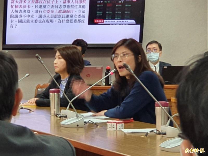 國民黨立委鄭麗文與民進黨立委周春米拍桌對罵。(記者謝君臨攝)