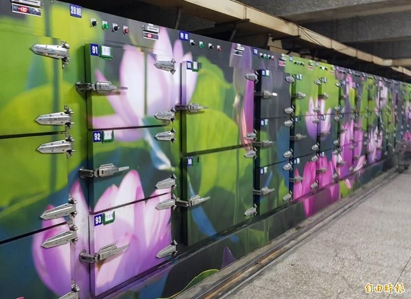 嘉義市殯葬管理所改善原本昏暗的空間,用蓮花圖案等布置。(記者林宜樟攝)