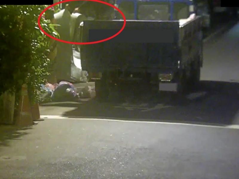 不肖業者於萬華區西園路巷弄違法棄置裝潢廢棄物。(圖由北市環保局提供)