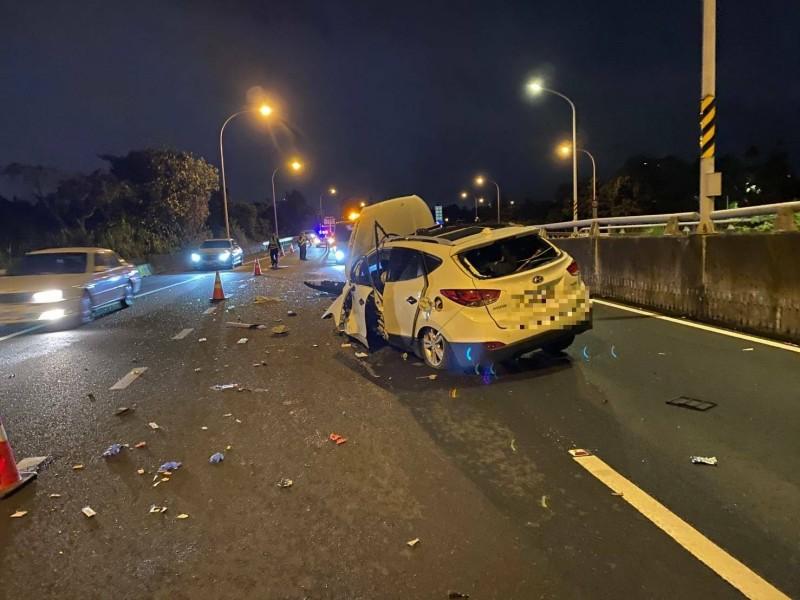 潘男的車自撞分隔島半毀。(記者徐聖倫翻攝)